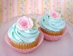Imagen vía We Heart It #bluefrosting #cupcakes #foodphotography #roses #vanilla #foodporn