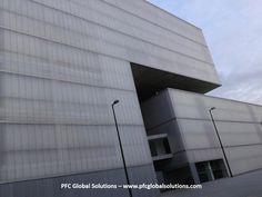 PFC Global Solutions: el volumen del polideportivo parece volar sobre el bloque del mercado Barceló