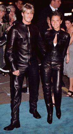 Posh και Becks φθάνουν σε πανομοιότυπες Gucci μαύρα δερμάτινα κοστούμια ποδηλάτης για την επίδειξη μόδας Versace στο Λονδίνο