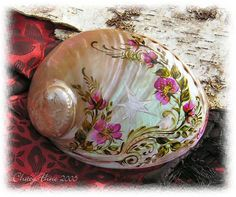A lovely white abalone smudge shell which I engraved with the seven point septagram of the faerie faith and painted in a wild rose design with glass paints. Seashell Painting, Seashell Art, Seashell Crafts, Beach Crafts, Stone Painting, Seashell Projects, Snail Shell, Painted Shells, Seashell Jewelry