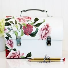 Lunch boxes have never been so beautiful. Check out this tutorial and see what's inside!