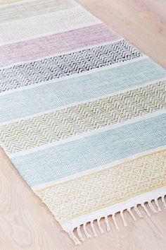 Garnmatta med fräscha ljusa färger helt i bomull. Lätta att matcha med övrig inredning i köket, sovrummet eller på någonannan plats i hemmet. Basket Weaving, Hand Weaving, Home Carpet, Textiles, Weaving Projects, Bath Rugs, Home Textile, Woven Rug, Kilim Rugs