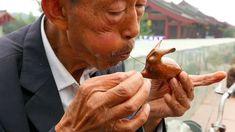 In China blasen sie Zucker zu Figuren