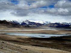 """TAGIKISTAN. PAMIR, Un'isola tra le montagne. E' uno dei Paesi più isolati e meno conosciuti dell'Asia Centrale, che solo da pochi anni si è aperto al turismo ma che proprio grazie all'isolamento vissuto ha molto da offrire al turista: una natura incontaminata, paesaggi stupendi una popolazione generosa ed ospitale.   Il Pamir, ovvero """"il tetto del mondo""""  come viene definito nella lingua locale, è come un'isola circondata dalle montagne più alte del pianeta."""