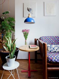 Cantinho de leitura com muitas plantas e móveis e acessórios com cores e estampas.