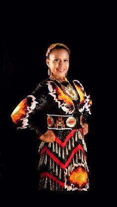 Native American Jingle dancer (Navajo) wears a traditional jingle dress next to a black background. Native American Regalia, Native American Clothing, Native American Beauty, Native American Artifacts, American Indians, Jingle Dress Dancer, Powwow Regalia, Indian People, Native Style