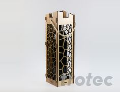 Hier erfahren Sie, wie Sie eine moderne, praktische Weinbox, z.B. als Geschenksverpackung, aus Furnier Holz mit dem Laser Cutter produzieren.  #Holzschnitt #Holzgravur #Laserschnitt #Geschenk #DIY Wooden Wine Boxes, Cutter, Diy Gifts, Metal, Decor, Wine Bottles, Glass, Woodblock Print, Personalized Gifts