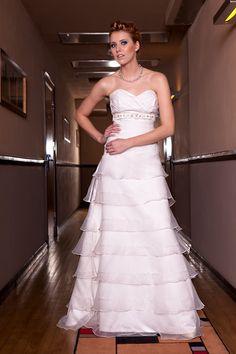 Suknia ślubna z ozdobnymi falbankami.