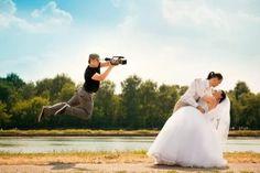 Видео свадьбы напомнит паре о счастливых моментах их бракосочетания. Поэтому очень тщательно нужно подбирать видеооператора на свадебное торжество.
