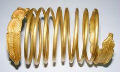 Între 1999 şi 2001, 24 de brăţări din aur au fost descoperite la Sarmizegetusa şi valorificate ilegal de bande organizate de jefuitori de comori. Statul a recuperat doar 12 bucăţi. Procesul intentat hoţilor a scos în evidenţă însă dimensiunea incredibilă a jafului. Ipoteza că brăţările ar fi falsuri realizate în vremurile noastre, lansată în mass-media, a otrăvit opinia Egyptian Jewelry, Ancient Greek, Ancient History, Archaeology, Antique Jewelry, Sculptures, Jewelry Making, Antiques, Bracelets