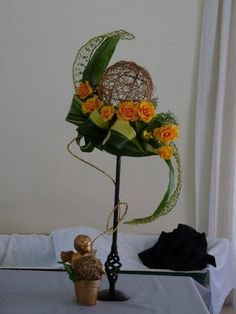 "Arrangement with orange roses - January 2014 Meeting - Witbank Floral Art Club (via Facebook) ""S"" sie sagenhaft schwungvoll"