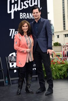 Jack White Photos - Loretta Lynn and Jack White Inducted Into The Nashville Walk Of Fame on June 2015 in Nashville, Tennessee. - Loretta Lynn and Jack White Inducted Into The Nashville Walk of Fame Meg White, Jack White, Country Singers, Country Music, Country Artists, Greys Anatomy Memes, Loretta Lynn, The White Stripes, Walter White