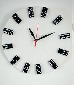 Relógio reciclado de disco de vinil e dominó