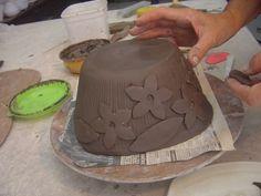 Flores em superfície texturada : www.ceramika.com.br Peça cerâmica, construída com placa e molde de gesso, em argila vermelha para alta temperatura. A decoração é feita com a mesma massa, em menor espessura de placa, os pequenos cortadores dão as formas. Para colar, barbotina. | bethcoemaeda