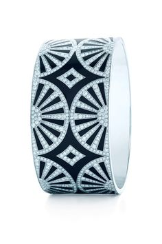 A show of fans unfolds with Art Deco's strikingly clean lines. Diamond bangle with black lacquer in platinum.