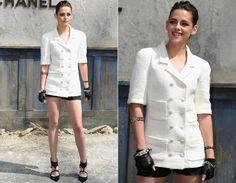 Kristen Stewart foi uma das mais lindas do evento! Para assistir ao desfile da Chanel, ela apostou na combinação do preto e branco com casaquinho de mangas curtas, shorts e luvinhas.