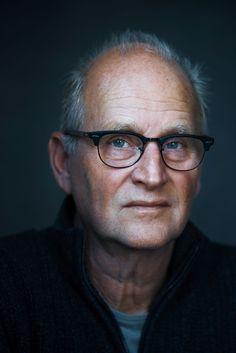 """Herman Koch 05-09-1953 Nederlandse televisie- en radiomaker, acteur en schrijver. De verhalenbundel Hansaplast voor een opstandige publiceerde hij onder het pseudoniem Menno Voorhof. Als acteur is Koch vooral bekend van de televisieserie Jiskefet.  Een van zijn bekendste romans is """"Het diner"""".  In 2013 is dit boek een bestseller in de Verenigde Staten.  Koch is de auteur van het Boekenweekgeschenk dat wordt verspreid in de Boekenweek 2017. https://youtu.be/GwdE1CLctL8"""