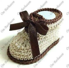 Free crochet baby booties patterns are among the most used clothes throughout the winter Mode Crochet, Knit Or Crochet, Crochet For Kids, Crochet Crafts, Crochet Projects, Crochet Baby Shoes, Crochet Baby Booties, Crochet Slippers, Knitting For Kids