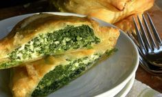 Try this puff pastry spinach pie recipe as a way to get kids to eat their leafy greens. Spinach Puff Pastry, Spinach Pie, Baby Spinach, Health Side Dishes, Main Dishes, Veggie Bean Burger, Spanakopita Recipe, Vegetarian Recipes, Cooking Recipes