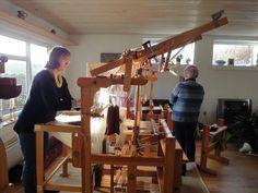 Billede: Hanne binder de sidste knuder på harnisksnørerne.