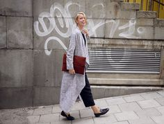 I'm in love with the coat! Hanna Stefansson, Classy And Fabulous, Normcore, Street Style, Chic, Inspirational Pics, How To Wear, Attitude, Coats