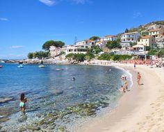 Postacci così guarda... cerca l'#essenzadiunisola a Seccheto lungo la costa sud dell'Elba un buon posto per cogliere l'atmosfera locale qui l'estate è una goduria! #acquadellelba #Toscana