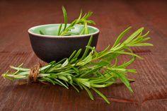 El aceite de romero es probablemente de los aceites más populares, ya que tiene muchos beneficios para la salud y la belleza: estimula el crecimiento del cabello y la actividad mental, alivi