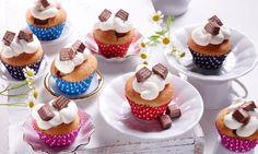 Kleine Muffins mit einer eingebackenen Überraschung und leckerem Sahne-Topping