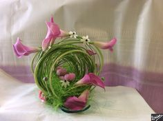 2nise, calla lilly, composition florale, rose, vert, rotin