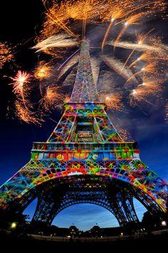 Luces y fuegos artificiales en la #TorreEiffel, #París http://www.viajaraparis.com/lugares-para-visitar-en-paris/torre-eiffel-de-paris/ #viajar