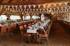 Piękna stodoła mogąca pomieścić 200 gości, staw z pobliską drewnianą altaną, przyjemne otoczenie zachęcające do spędzania czasu na świeżym powietrzu, fantastyczna obsługa i niepowtarzalny klimat, wprost idealny na wesele w stylu rustykalnym - to wszystko czeka na Ciebie w Błażejówce. Obok Folwarku Ruchenka, Osady Młyńskiej i Stodoły Wszystkich Świętych jest najatrakcyjniejszym miejscem w okolicach Warszawy na przyjęcie w bardziej sielskim niż klasycznym stylu. Conference Room, Home Decor, Decoration Home, Room Decor, Home Interior Design, Home Decoration, Interior Design