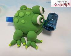 롤피리를 클레이 안에 넣어 혀 내미는 개구리 만들기. 너무너무 재밌어 한다 ^^