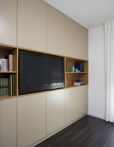 הרשאגה שטרנברג, ג, ארון) (צילום: שי אפשטיין) Wall Wardrobe Design, Bedroom Wardrobe, Home Bedroom, Tiny Bedroom Design, Bedroom Cupboard Designs, Copper House, Single Bedroom, Living Room Storage, Small Rooms