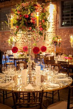 Roberta Fasano criou uma decoração de casamento em rosa com toque industrial na Casa das Caldeiras. Peças espelhadas conferiram o ar contemporâneo.