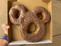Mickey-Shaped Donuts No Longer Included in Dining Plan Best Disneyland Food, Disneyland Dining, Disneyland Restaurants, Disneyland Secrets, Disney Dishes, Disney Desserts, Disney Snacks, Cute Desserts, Comida Disney World