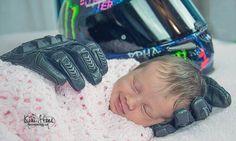Bebê é amparada por luvas de pai falecido e foto viraliza na web