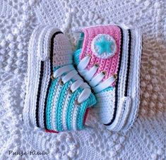De 0 á Se Gostou Clique no ❤ Siga nosso perfiThis Pin was discovered by TaiBeauty and Things (аCrochet Baby Booties With Bows And PearlsFaixa e sapatinho de crochê com chaton de strass - 50 cores no Crochet Baby Sandals, Crochet Baby Boots, Booties Crochet, Crochet Baby Clothes, Crochet Slippers, Cute Crochet, Baby Knitting Patterns, Crochet Patterns, Crochet Converse