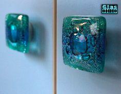 Szklane gałki zostały wykonane ręcznie, w technice fusingu z szklanych odpadów (recykling).  Niesamowity efekt wizualny tworzą kolorowe pęcherzyki powietrza zamknięte w  masie szklanej wypalanej w...