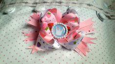 Eine wunderschöne Erdbeerhaarschleife für Mädchen welche an besonderen Feiern getragen werden kann. Geburtstage, Hochzeiten, Partys, Sommerfeste ei...