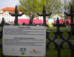 Cartel explicativo del huevo de Pascua gigante de Praga