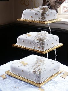 White and Gold Wedding Cake by Franbann Square Wedding Cakes, Wedding Cake Stands, Amazing Wedding Cakes, Wedding Cake Designs, Pretty Cakes, Beautiful Cakes, Bolos Naked Cake, White And Gold Wedding Cake, 50th Anniversary Decorations