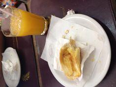 Dia 4. Manhã. Café da manhã na padaria (pão na chapa com manteiga e suco de laranja), antes de ir para o Ibirapuera, domingo, 10h.