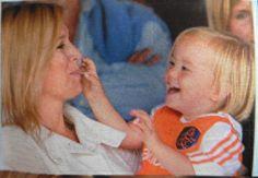 mama Maxima en Ariane delen een lolly en hebben zo hun privémomentje tijdens de wedstrijd het is een leuk spelletje