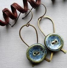 Blue ceramic button earrings, love this idea, wonder how it would look with other kinds of buttons. Note how the back is a metal support ribbon-shaped loop, and buttons are wired on. Wire Wrapped Jewelry, Wire Jewelry, Jewelry Crafts, Beaded Jewelry, Handmade Jewelry, Jewelry Ideas, Jewellery Box, Silver Jewellery, Jewlery