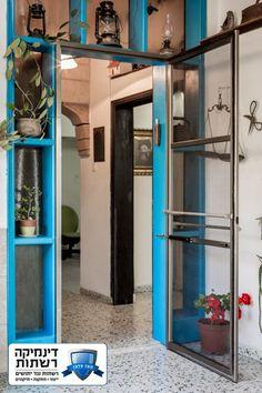 דלת רשת המורכבת על צירים, משמשת בעיקר לכניסה לבתים פרטיים או ליציאה לגינה.