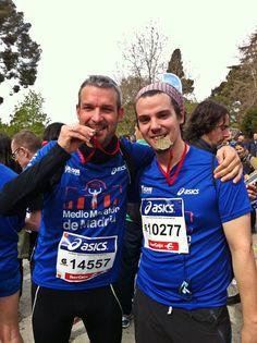 """[ARTÍCULO] MEDIA MARATON DE MADRID (07/04/13). Con mi cuñado Manu, el que me """"engancho"""" a esto del running y a la media maratón. Estoy convencido que algún día acabará por liarme para correr la carrera reina del running, la maratón... pero vamos poco a poco. #running"""