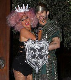 Así de feliz salió Christina Aguilera con su novio Matthew Rutler a las puertas de su casa para enseñar sus originales disfraces #cantantes #famosas #singers #people #celebrities