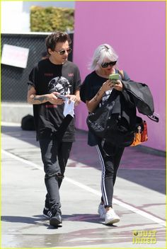 Louis Tomlinson Flashes His Tattoos While Out Shopping | louis tomlinson shops after vegas trip 06 - Photo