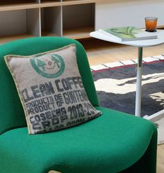 Coussins LILOKAWA 100% toile de jute de sacs de café recyclés. Inscriptions d'origine des sacs. Made in Nantes. Dimensions : 43X43cm Forme : Carré