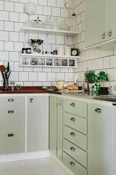 It is easier than you think to take your kitchen from builder grade to gorgeous on a budget! These kitchen makeover secrets will save you money and give you great ideas! Home Interior, Kitchen Interior, New Kitchen, Kitchen Dining, Kitchen Decor, Kitchen Cabinets, Stylish Kitchen, Knoxhult Ikea, Vintage Industrial Decor